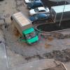 Карета скорой помощи застряла в яме во дворе дома на Мехренцева