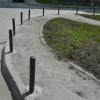 УК «Академический» устанавливает новые тротуарные столбики