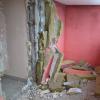 Вандалы сломали стену в подъезде дома на Рябинина