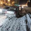 На улице Мехренцева из-за нечищеной дороги бьются машины