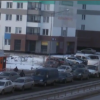 Во время массовой драки рабочие уронили забор на припаркованные автомобили