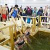 Несколько тысяч человек приняли участие в Крещенских купаниях в Академическом районе