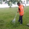 Наводят чистоту: газоны и дворы Академического стали чище