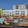 На территории детского сада на улице Тенистой обустраивают газоны и детские площадки