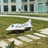 Во дворе ЖК «Балтийский» установили детскую скамейку в виде самолёта «Уральских Авиалиний»