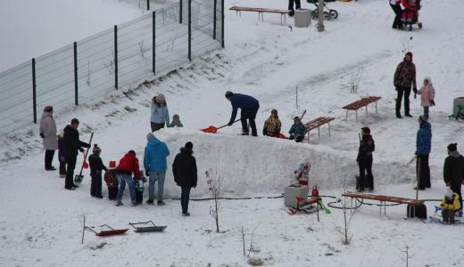 Во дворах Академического строят первые горки