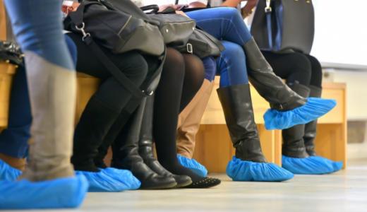 Жительница Академического требует бесплатных бахил для пациентов поликлиники в 5 квартале