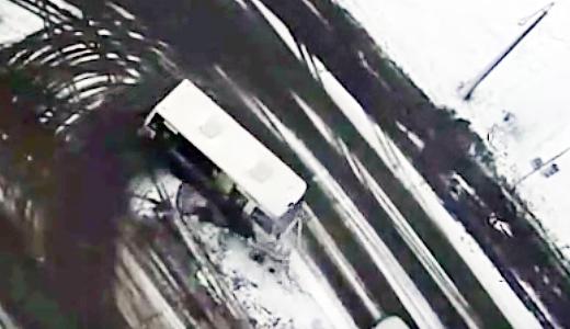 Маршрутка снесла светофор на перекрёстке Рябинина — Краснолесья