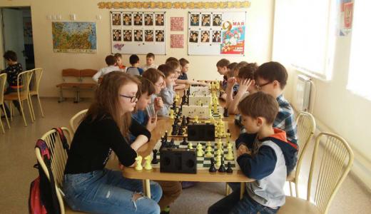 В честь Дня Победы в Академическом прошёл большой шахматный праздник с участием школьников