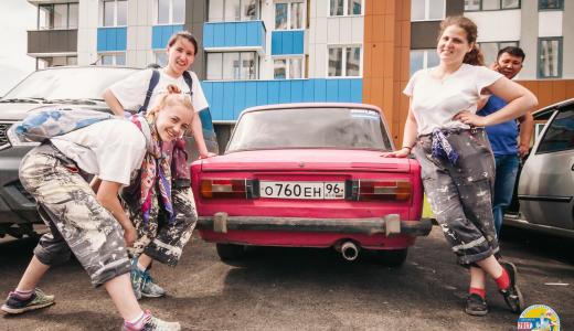 Очищают паркинг от копоти и строят «заливные» бордюры: рабочие будни участников студенческой стройки