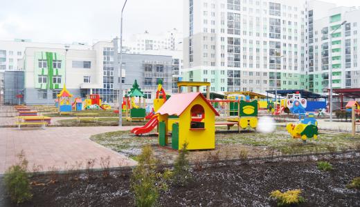 На площадке детского сада в блоке 5.6 завершили благоустройство двора и монтаж игрового оборудования