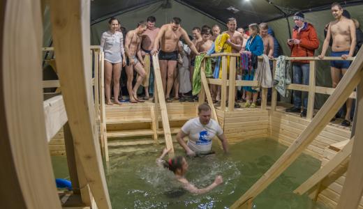150 человек за первый час: возле Храма Святых Божиих Строителей прошли Крещенские купания