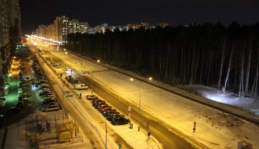 На улице Мехренцева включили освещение и начали убирать мусор