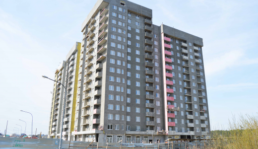 В «Рябиновом квартале» приступили к покраске фасада первого дома