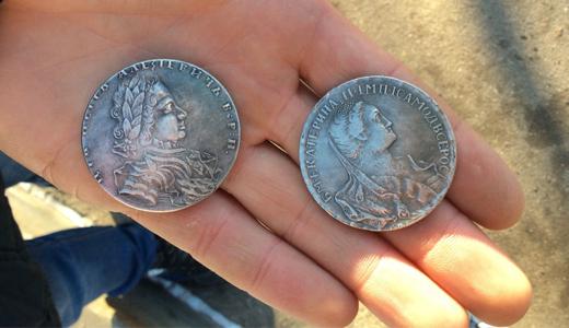 «Сторговались за 40 тысяч»: в Академическом на улице мошенники продают поддельные монеты