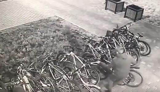 С велостоянки на Краснолесья три вора украли 4 велосипеда