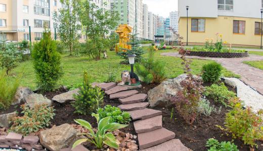 Мельница, колодец, гномы и цветы: на территории детского сада № 35 появилась красивая площадка