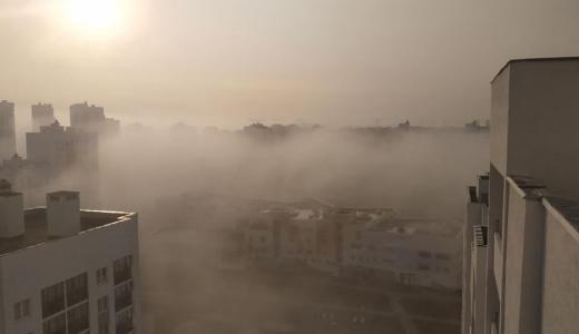 Туман окутал Академический в первые дни осени