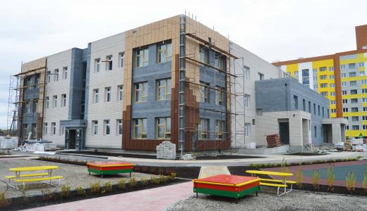 На фасаде детского сада в нулевом квартале начался монтаж декоративных панелей