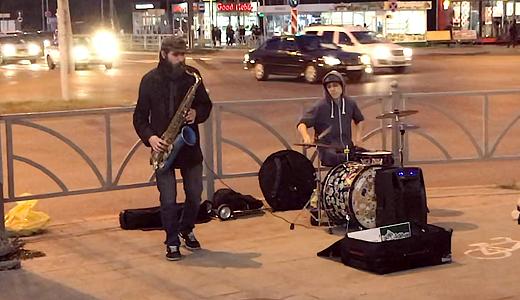 Уличные музыканты приехали в Академический и покорили жителей