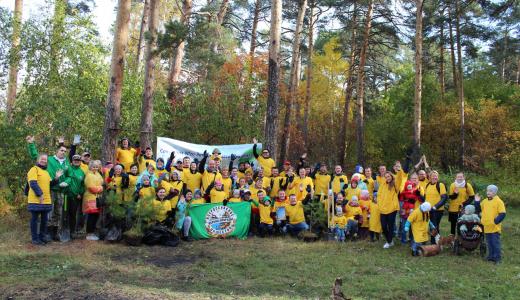 В Юго-Западном лесопарке высадили десятки молодых сосен и наградили победителей конкурса рисунков