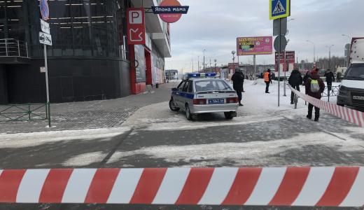 Внутрь никого не пускают: ТРЦ «Академический» эвакуировали после сообщения о минировании
