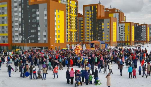 Тысячи жителей и гостей Академического с размахом проводили зиму. Репортаж с Масленицы