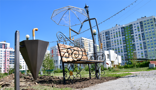 Новый арт объект: во втором квартале появилась скамейка с держащим зонтик фонарным столбом