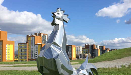 Фотосессия для петуха: в Преображенском парке сняли скульптуру из железа
