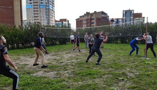 Дворовой футбол и волейбол: в Академическом стартовали «Дворовые игры»