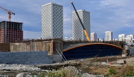 Вяжут арматуру и выкладывают бетонные блоки: ход строительства улицы Вильгельма де Геннина