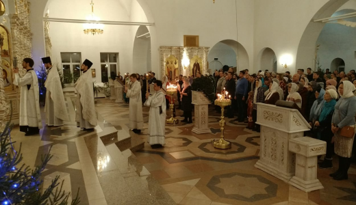 В Рождественскую ночь храмы Академического провели праздничные богослужения