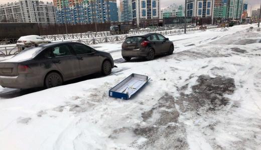 На проспекте Академика Сахарова из-за порывов ветра световой короб улетел в машину
