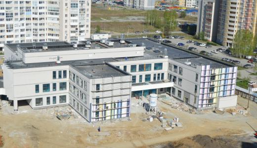 Раскрашивают и строят стадион: возведение нового корпуса школы № 181 в Краснолесье близится к финалу
