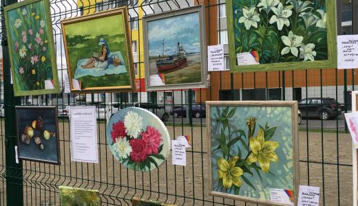 В Преображенском парке устроили выставку картин под открытым небом