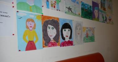 Трогательная выставка рисунков к 8 Марта