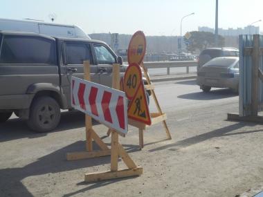 На улице Краснолесья для строительства ТРЦ перекрыли правую полосу и тротуар