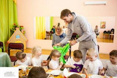 Антон Шипулин наградил победителей детского проекта «Растём вместе»
