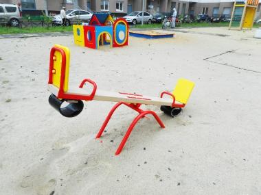 Во дворах района появились новые игровые конструкции