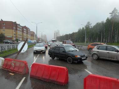 На перекрёстке Краснолесья — Чкалова перекрыли сразу три полосы