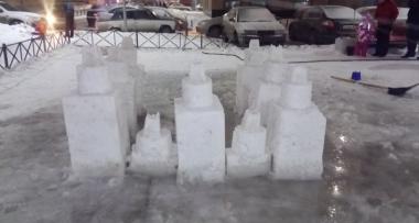 Во дворах жители построили свои снежные городки