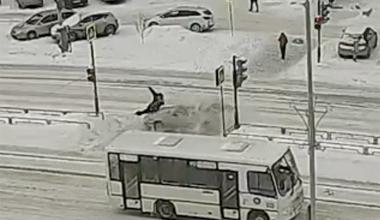 На переходе к «Кировскому» сбили пешехода, вышедшего на красный сигнал светофора