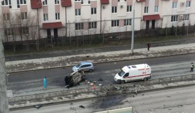 На улице Краснолесья Hyundai снёс разделительное ограждение и перевернулся