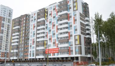 Дом бюджетников на Краснолесья-Чкалова раскрасили в «фирменные» цвета