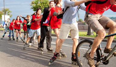 Обучение взрослых и детей езде на велосипеде или роликовых коньках