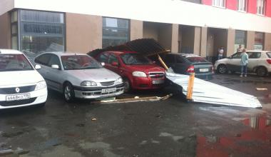 В Академическом металлический забор со стройки упал на припаркованные автомобили