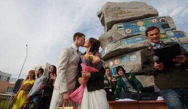 На площади стройотрядов прошла студенческая свадьба