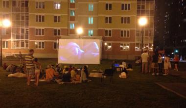 Жители 7 квартала устроили во дворе детский кинотеатр под открытым небом