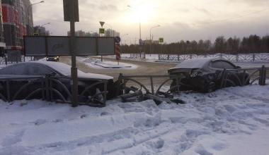На перекрёстке Рябинина — Шаманова Nissan протаранил припаркованные автомобили
