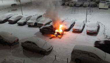 Во дворе дома по ул. Мехренцева, 46 сгорел автомобиль